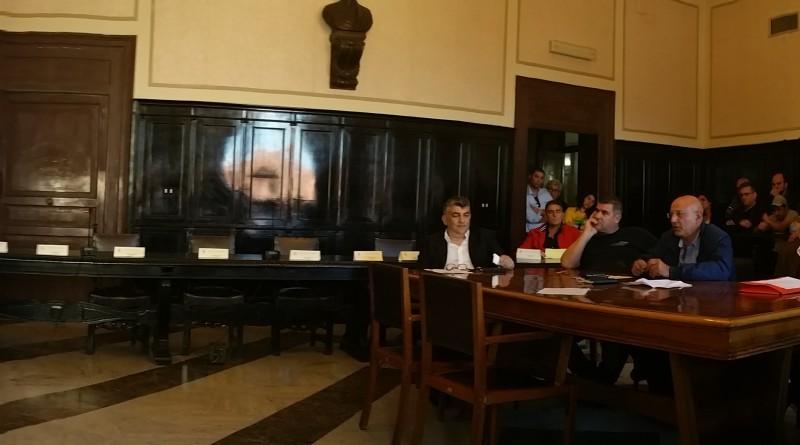 L'aula consiliare con i commercianti e l'amministrazione comunale