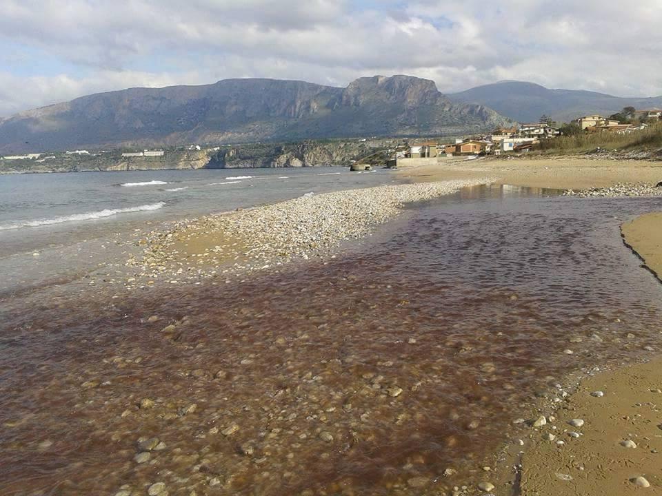 La foce del fiume Pinto durante lo sversamento di scarichi chimici