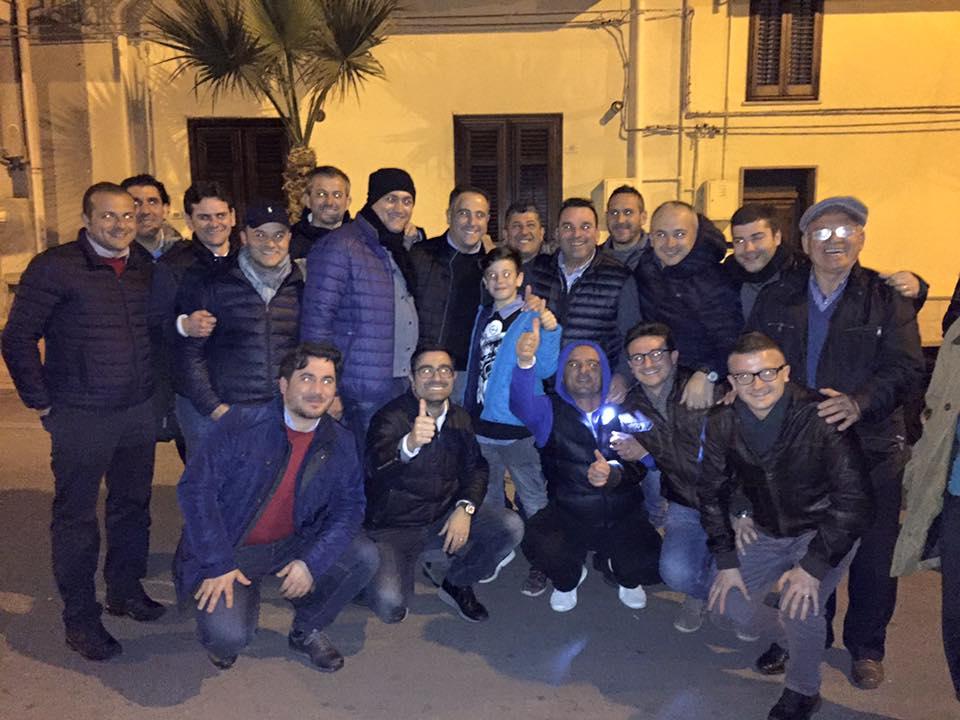Giosuè Maniaci con un gruppo di sostenitori
