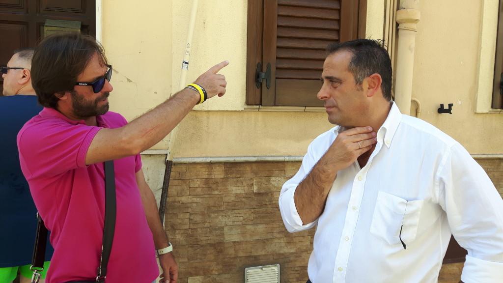 Il sindaco Maniaci (a destra) durante l'ispezione