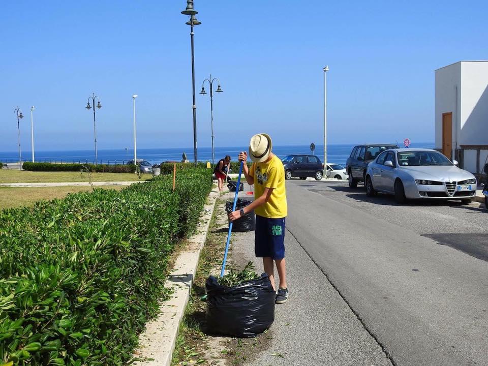 Intervento attivisti 5 stelle al villaggio pescatori