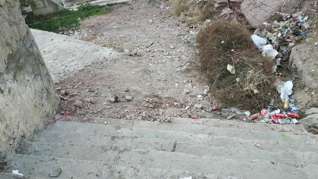 La scalinata del porto di Terrasini che sta riaffiorando liberata dai rifiuti