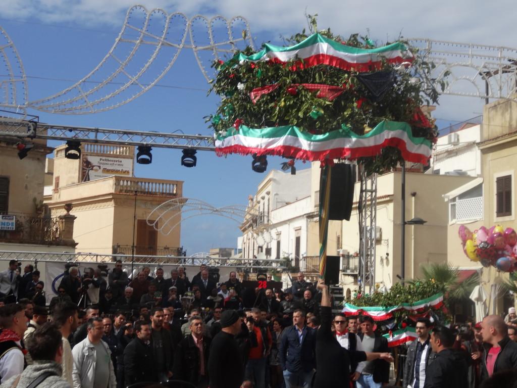 Un'immagine della alzata dell'albero il giorno di Pasqua
