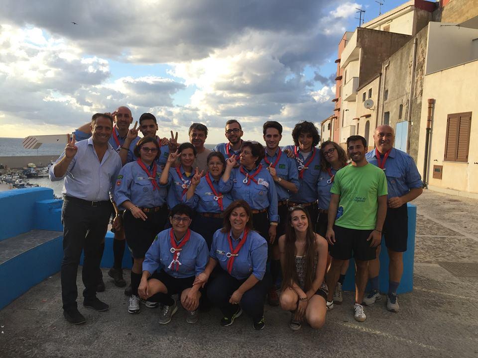 Il sindaco Giosuè Maniaci con i volontari dell'Agesci