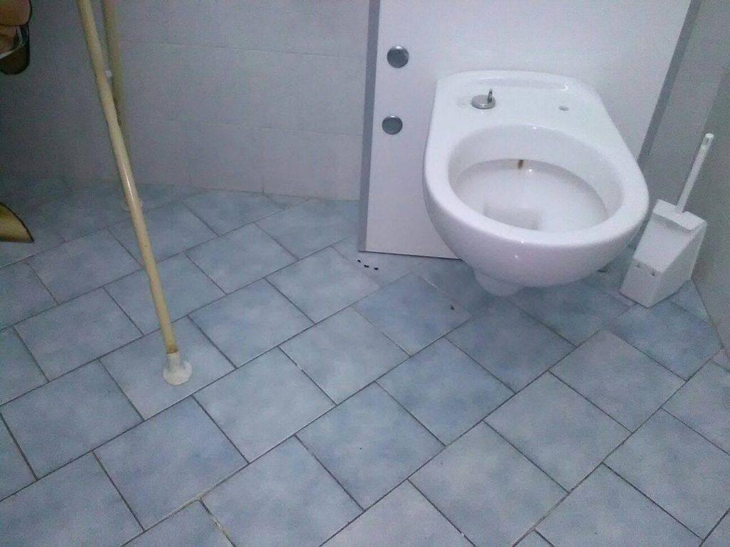 Un bagno della scuola con le tracce di escrementi di topo