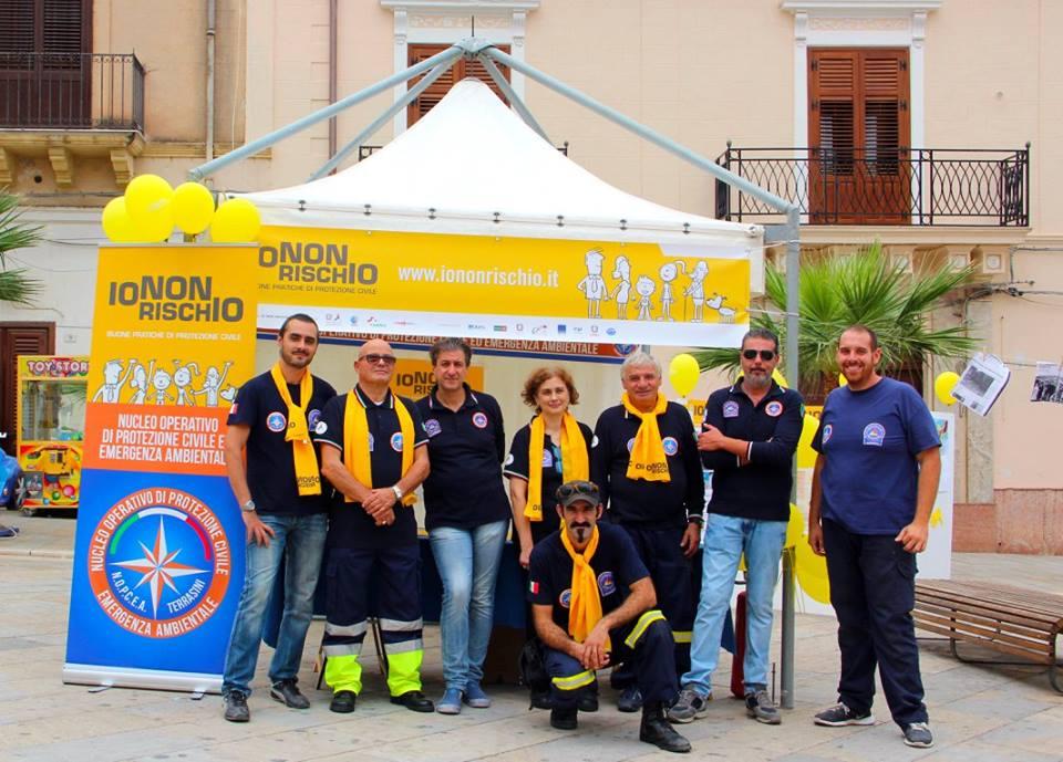 Il presidente della Protezione Civile Maurizio Sapienza,(terzo a sinistra) con i volontari Giovanni Rappa, Attilio Cannarella, Caterina Iacopelli, Benedetto Cilluffo