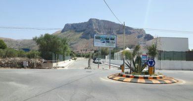 La strada in via Cala Rossa dove sorgerà il sottopasso ferroviario