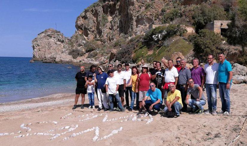 Il sindaco di Terrasini Giosué Maniaci e i cittadini che hanno bonificato la spiaggia
