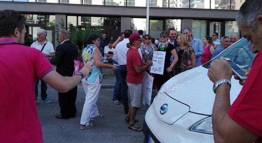 Un momento della protesta al Dipartimento regionale acque e rifiuti
