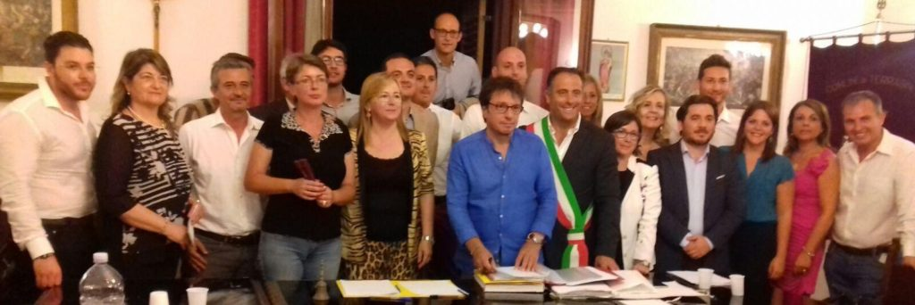 Consiglio e giunta durante l'insediamento. La quatra a sinistra e l'ultimo a destra, i consiglieri Eva Deak e Fabio Viviano, firmatari dei documenti dell'opposizione