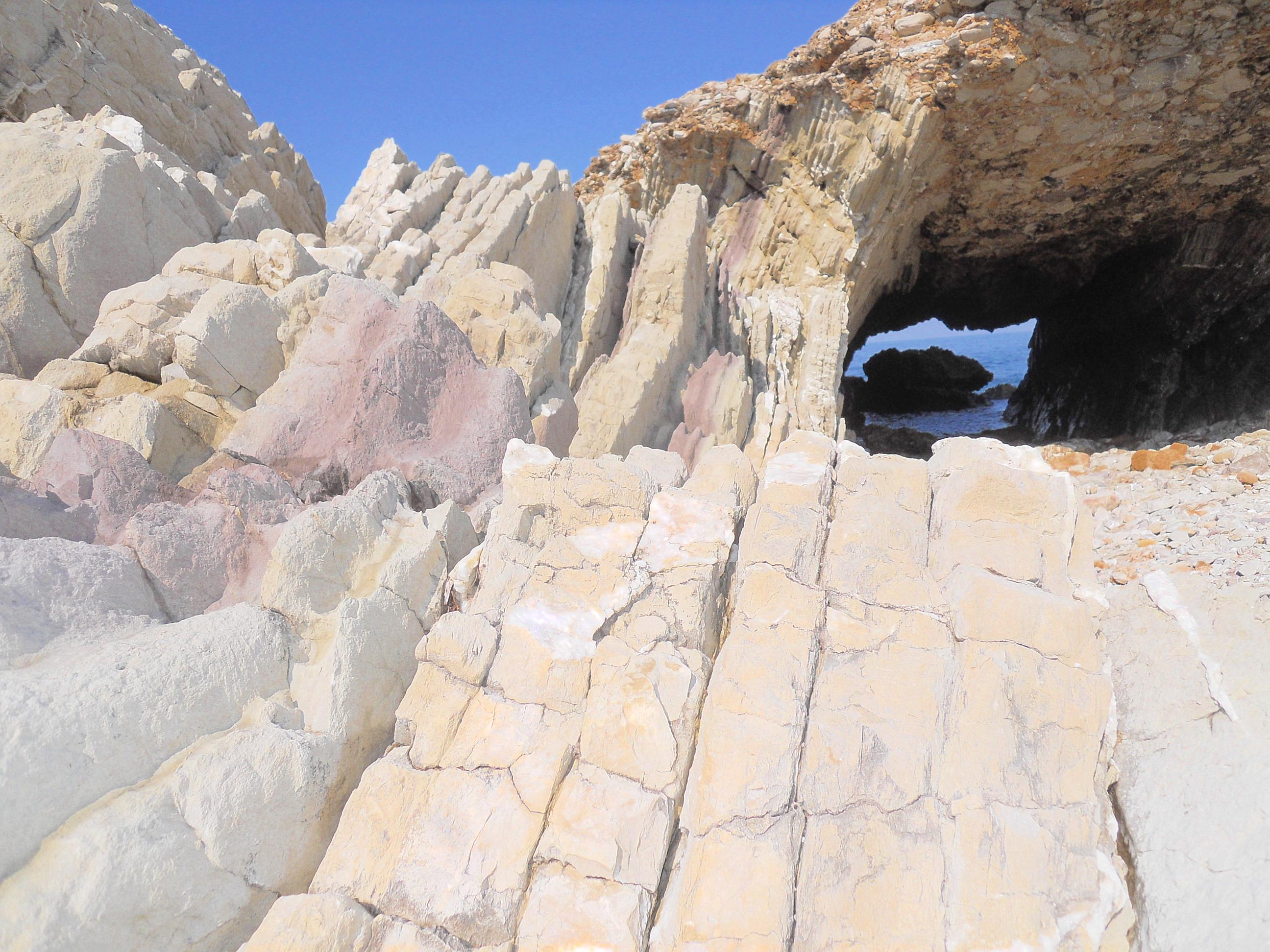 Incontro tra le due piattaforme rocciose di Cala Rossa e Mulinazzo alla Maidduzza, sullo sfondo la Grotta Perciata. Ph. Antonio Catalfio